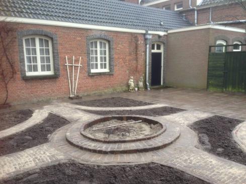 Aanleg doopfontplaats en kruidentuin van Emmaus Langgeweg
