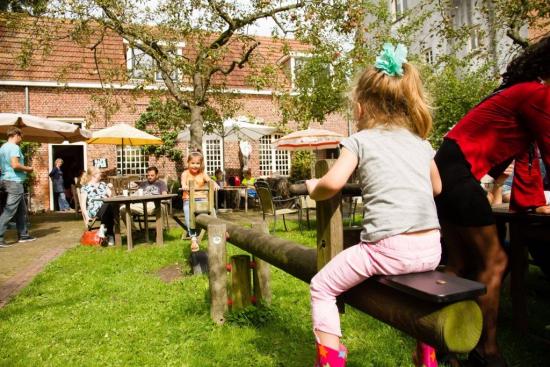 Feestmarkt waar kinderen op de wip spelen bij Emmaus Langeweg