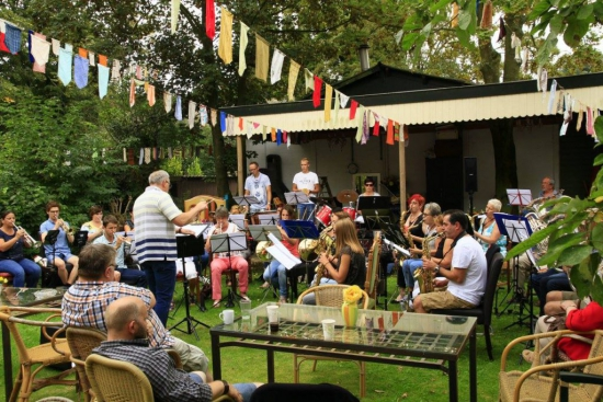 Feestmarkt met muziek van fanfare Veredelt bij Emmaus Langeweg