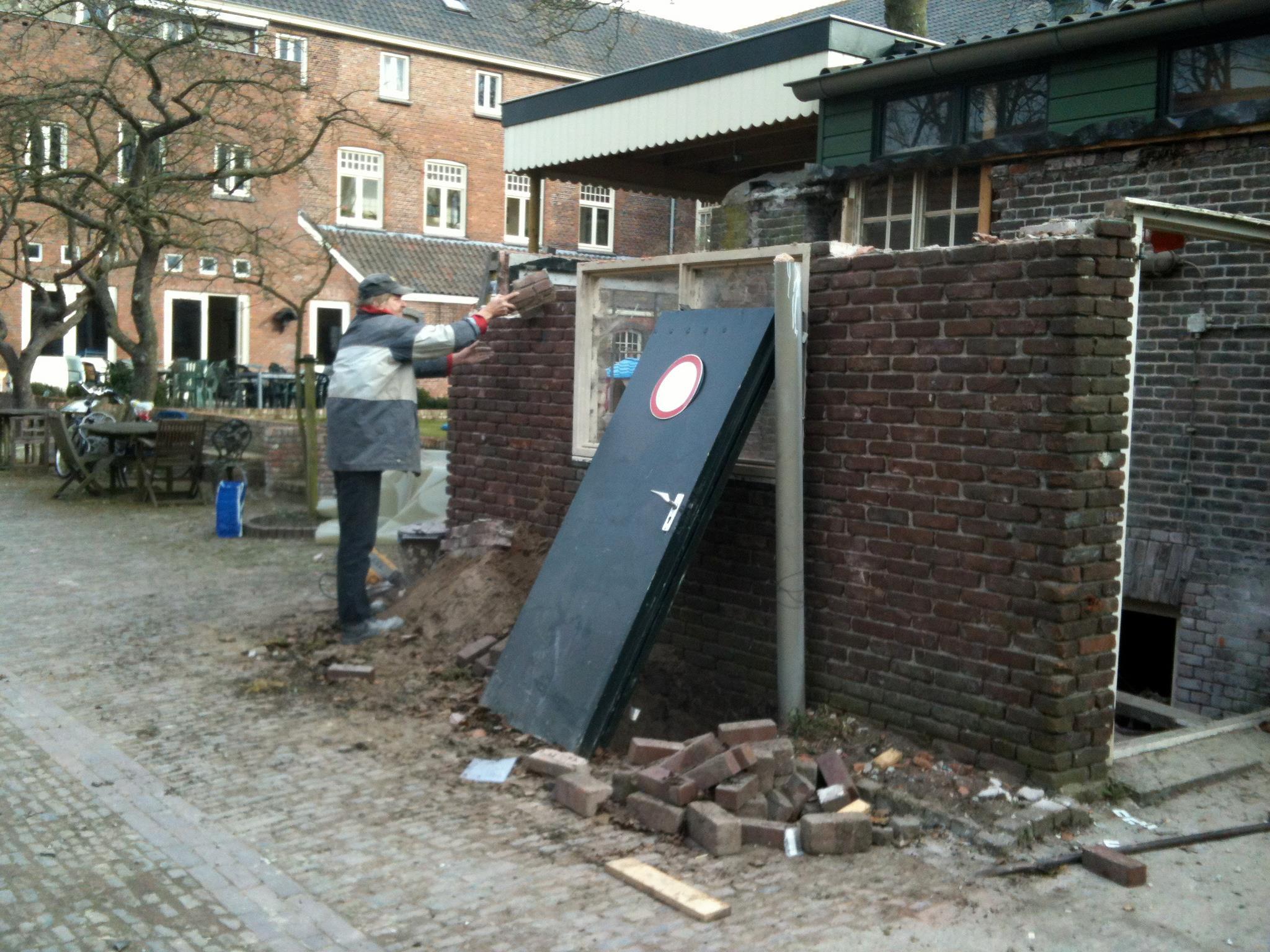 Kees renoveert kelder van Emmaus Langeweg