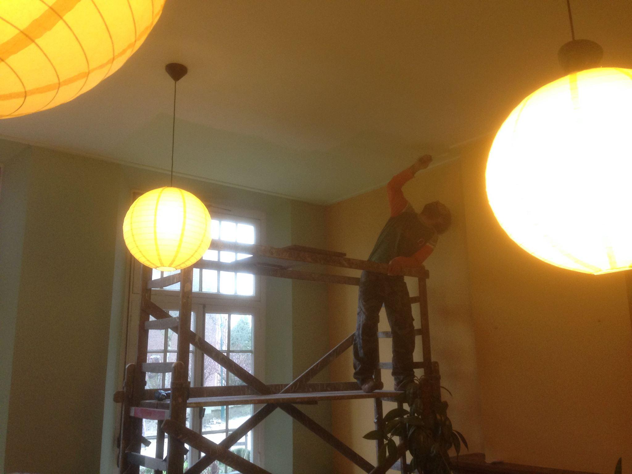 Pino schildert keuken plafond van Emmaus Langeweg